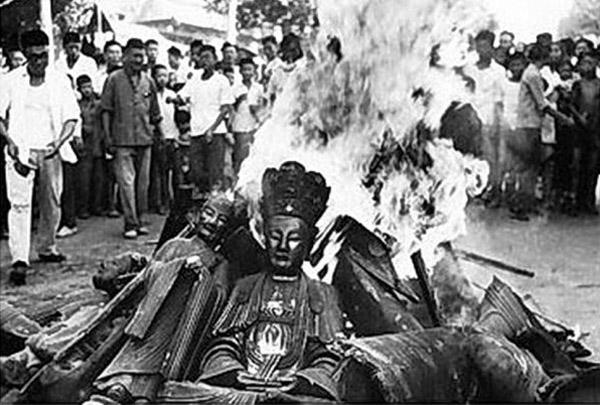 Câu chuyện nhân quả: Phá hoại thánh tích nhà Phật bị quả báo nhãn tiền