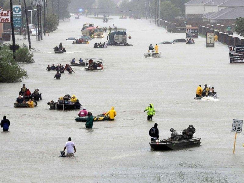 đường phố ngập lũ sau cơn bão