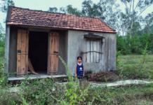Bé 7 tuổi không cha ngồi trước căn nhà hoang đợi mẹ thần kinh bỏ đi biệt tích cả năm trời
